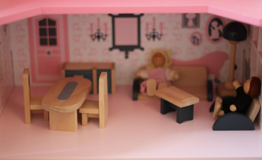 Intérieur propre et doux, occupé par deux adultes devisant gaiement avec du temps pour s'ennuyer.