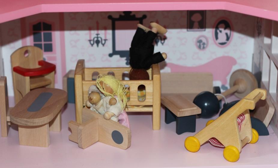 Intérieur habité par le chaos. Image tragique d'un adulte essayant de se suicider dans la layette de son bébé.